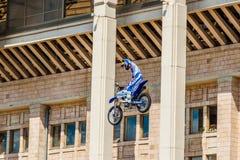 Amos de la demostración FMX del estilo libre de Moto Moscú, el 26 de julio de 2014 Foto de archivo libre de regalías