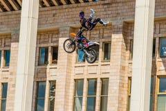 Amos de la demostración FMX del estilo libre de Moto Moscú, el 26 de julio de 2014 Imágenes de archivo libres de regalías