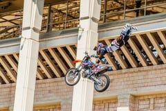 Amos de la demostración FMX del estilo libre de Moto Moscú, el 26 de julio de 2014 Fotos de archivo libres de regalías