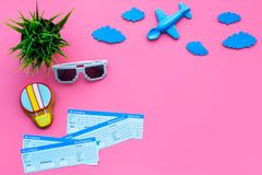 Amostra de bilhete de avião Viagem da família com criança Airplan, brinquedos do balão de ar e óculos de sol Configuração cor-de- Fotografia de Stock