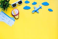 Amostra de bilhete de avião Viagem da família com criança Airplan, brinquedos do balão de ar Espaço amarelo da configuração do pl Fotografia de Stock