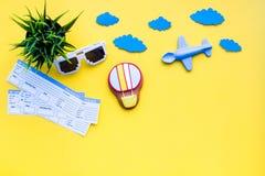 Amostra de bilhete de avião Viagem da família com criança Airplan, brinquedos do balão de ar Espaço amarelo da configuração do pl Imagem de Stock