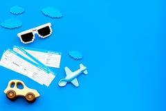 Amostra de bilhete de avião Viagem da família com criança Airplan, brinquedos do carro Espaço azul da configuração do plano do fu Fotografia de Stock