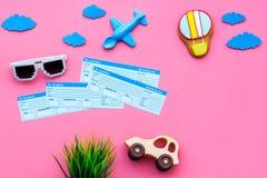 Amostra de bilhete de avião Viagem da família com criança Brinquedos do balão de Airplan, de carro e de ar Espaço cor-de-rosa da  Imagem de Stock Royalty Free