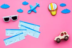 Amostra de bilhete de avião Viagem da família com criança Brinquedos do balão de Airplan, de carro e de ar Espaço cor-de-rosa da  Fotografia de Stock Royalty Free