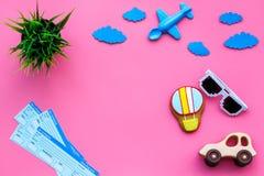 Amostra de bilhete de avião Viagem da família com criança Brinquedos do balão de Airplan, de carro e de ar Espaço cor-de-rosa da  Fotos de Stock