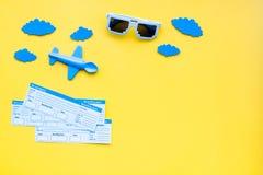 Amostra de bilhete de avião Viagem da família com criança Nuvens do brinquedo e do papel de Airplan Espaço amarelo da configuraçã Foto de Stock