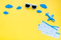 Amostra de bilhete de avião Viagem da família com criança Nuvens do brinquedo e do papel de Airplan Espaço amarelo da configuraçã Imagem de Stock Royalty Free