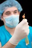Amostra de sangue de exame do técnico de laboratório Fotos de Stock Royalty Free