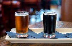 Amostras alcoólicas da cerveja do ofício em um restaurante foto de stock royalty free