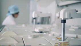 Amostras analizing especiais do dispositivo médico, quando doutores que trabalham em computadores video estoque