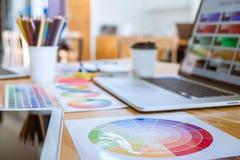 Amostras da amostra de folha da ferramenta e da cor do objeto do designer gráfico no espaço de trabalho imagem de stock royalty free