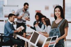 Amostras de cor Menina asiática escritório desenhadores imagem de stock