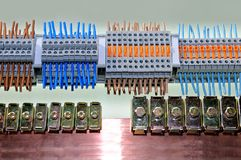 Amostras de tipos diferentes de conectores bondes fotografia de stock