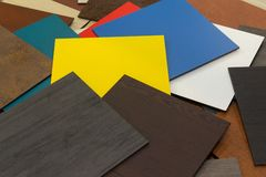 amostras Multi-coloridas de materiais compostos para as fachadas ventiladas na sala de exposi??es imagens de stock royalty free