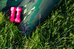 Сamouflage yoga mat with two pink dumbells in nature Stock Photography
