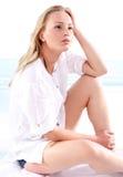 Amour d'été une femme seule sur la plage Photo stock