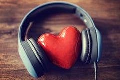 Amour écoutant la musique Photo stock
