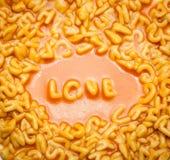 Amour écrit avec des lettres de spaghetti Images stock