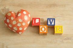 Amour écrit avec les blocs colorés d'alphabet Images stock
