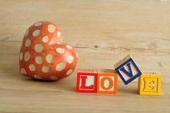 Amour écrit avec les blocs colorés d'alphabet Photographie stock