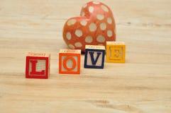 Amour écrit avec les blocs colorés d'alphabet Photographie stock libre de droits