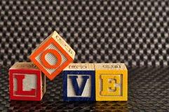 Amour écrit avec les blocs colorés d'alphabet Image libre de droits