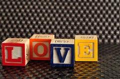 Amour écrit avec les blocs colorés d'alphabet Photo libre de droits