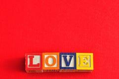 Amour écrit avec les blocs colorés d'alphabet Images libres de droits