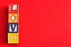 Amour écrit avec les blocs colorés d'alphabet Photos stock