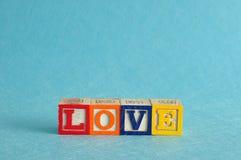 Amour écrit avec les blocs colorés d'alphabet Image stock
