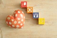 Amour écrit avec les blocs colorés d'alphabet et Image libre de droits