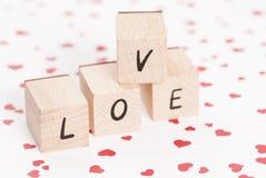 Amour écrit avec les blocs en bois. Photo stock