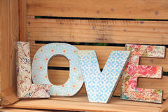 AMOUR écrit avec les lettres en bois Image stock