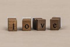 Amour écrit avec les lettres en bois de cube Image stock