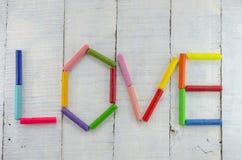Amour écrit avec les pastels colorés Photo stock