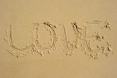Amour écrit dans le sable Images libres de droits
