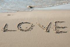 Amour écrit dans le sable Photos libres de droits