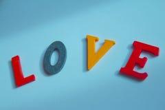 Amour écrit dans les lettres colorées Images stock