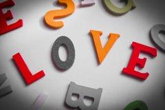 Amour écrit dans les lettres colorées Photographie stock libre de droits