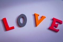 Amour écrit dans les lettres colorées Photos libres de droits
