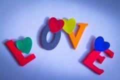 Amour écrit dans les lettres colorées Images libres de droits
