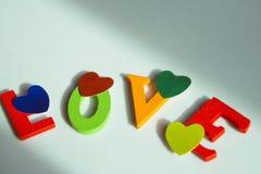 Amour écrit dans les lettres colorées Image libre de droits
