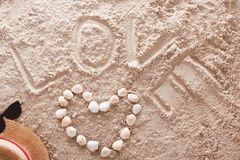 Amour écrit dans une plage tropicale arénacée Image stock