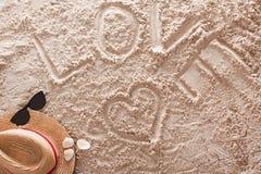 Amour écrit dans une plage tropicale arénacée Photo libre de droits