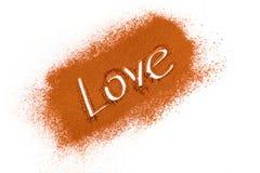Amour écrit en cacao dispersé Photographie stock libre de droits