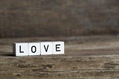 Amour, écrit en cubes Images stock