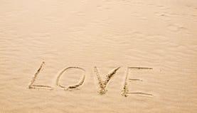 Amour écrit en sable Photos libres de droits