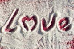 Amour écrit sur le sucre renversé Photo stock