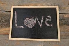 Amour écrit sur le tableau Photo stock